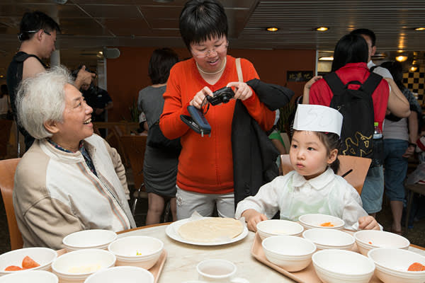 A Chinese girl attends lessons in pizza-making for budding junior chefs