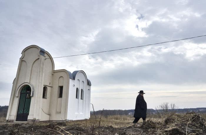 Rabbi Moshe Azman in the tzaddik Mordekhai Chornobyl's grave. Antaevka, Ukraine.