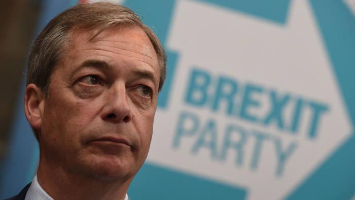 Nigel Farage pulvérise les adversaires du Brexit, et affole Merkel-Macron