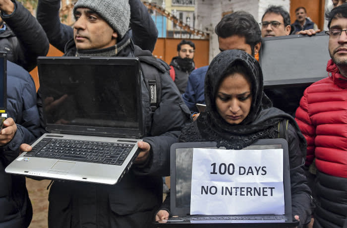 Kashmiri journalists protest against internet blockade put by India's government in Srinagar on October 12, 2019. (Photo by Tauseef MUSTAFA / AFP) (Photo by TAUSEEF MUSTAFA/AFP via Getty Images)