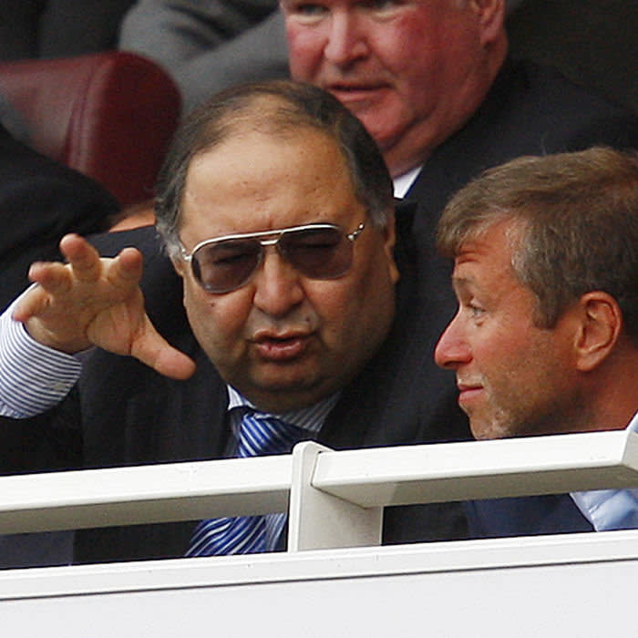 Russian-based billionaire and Arsenal shareholder Alisher Usmanov (L) talks to Chelsea owner Roman Abramovich after the English Premier League soccer match between Arsenal and Chelsea at the Emirates Stadium in London May 10, 2009. REUTERS/Eddie Keogh (BRITAIN SPORT SOCCER) FOR EDITORIAL USE ONLY. NOT FOR SALE FOR MARKETING OR ADVERTISING CAMPAIGNS. NO USE WITH UNAUTHORIZED AUDIO, VIDEO, DATA, FIXTURE LISTS, CLUB/LEAGUE LOGOS OR