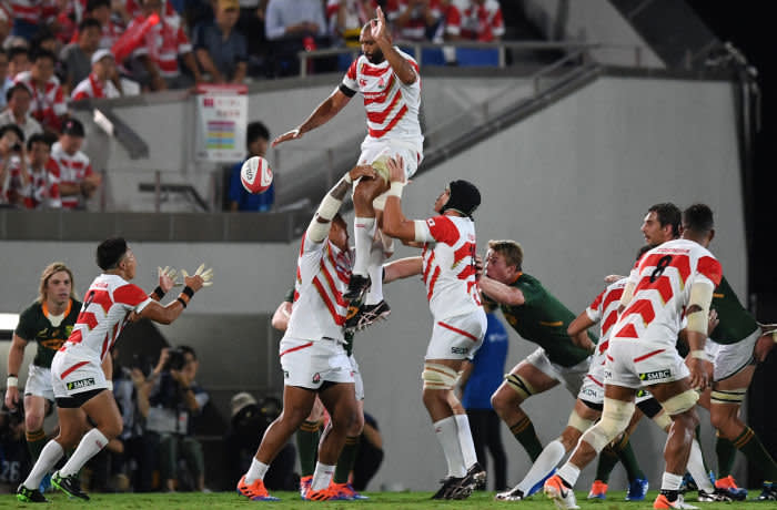 Japan's Michael Leitch (C) takes part in a lineout during the friendly rugby match between Japan and South Africa at the Kumagaya Rugby Stadium in Kumagaya on September 6, 2019. (Photo by CHARLY TRIBALLEAU / AFP) (Photo credit should read CHARLY TRIBALLEAU/AFP/Getty Images)