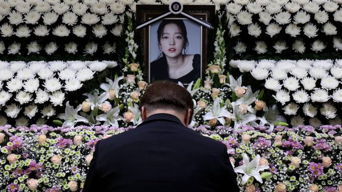 SEOUL, SOUTH KOREA - NOVEMBER 25: A South Korean man pays tribute at a memorial altar as his makes a call of condolence in honor of the K-pop star Goo Hara at the Seoul St. Mary's Hospital on November 25, 2019 in Seoul, South Korea. K-pop star Goo Hara of Kara was found dead yesterday on November 24. (Photo by Chung Sung-Jun/Getty Images)