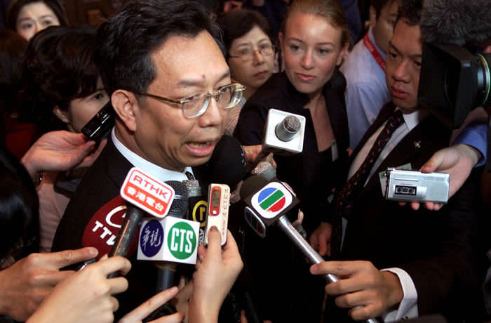 Dr. Su Ih-Jen, Taiwanese government's director general of disease control, center, is surrounded by journalists upon arrival for the World Health Organization (WHO) Global Conference on SARS at a hotel in Kuala Lumpur, Tuesday, June 17, 2003. With signs continuing to point toward SARS being brought under control globally, the World Health Organization opened an international conference Tuesday by saying it is considering lifting its remaining travel warnings on China and Taiwan. (AP Photo/Andy Wong)