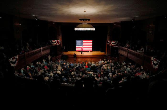 Démocratique 2020, la candidate américaine à la présidence et la sénatrice américaine Elizabeth Warren (D-MA) prend la parole lors d'un forum public organisé à Newport (New Hampshire, États-Unis), le 24 octobre 2019. REUTERS / Brian Snyder