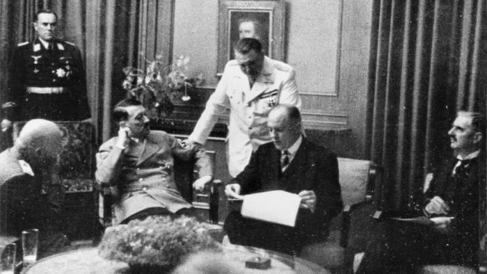 Мюнхенская конференция 1938 года в разгаре. На фото совещаются Бенито Муссолини, Адольф Гитлер и Невилл Чемберлен.