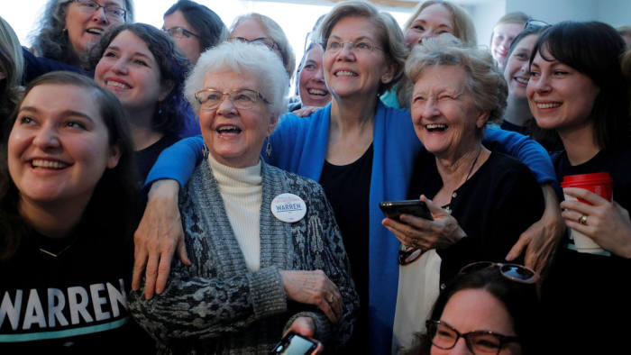 Democratic 2020 U.S. presidential candidate and U.S. Senator Elizabeth Warren (D-MA) poses for a group photo at a campaign canvass kickoff at the home of a supporter in Urbandale, Iowa, U.S., February 1, 2020. REUTERS/Brian Snyder TPX IMAGES OF THE DAY