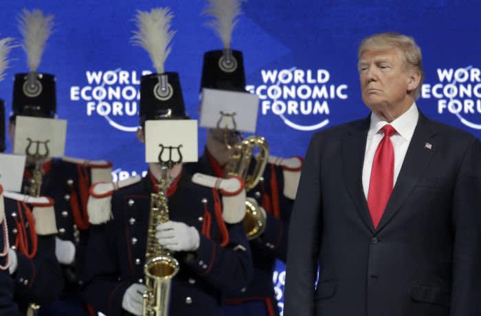 Президент США Дональд Трамп (справа) посещает музыкальное представление перед своим выступлением на ежегодной встрече Всемирного экономического форума в Давосе, Швейцария, в пятницу, 26 января 2018 года. (AP Photo / Markus Schreiber)