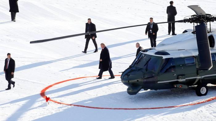 Президент США Дональд Трамп выходит из вертолета Marine One, когда он прибывает на 50-й Всемирный экономический форум (ВЭФ) в Давос, Швейцария, 21 января 2020 года. РЕЙТЕР / Арнд Вигманн