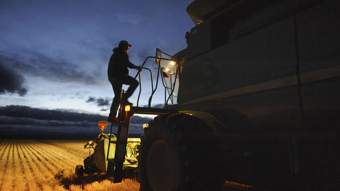 Lloyd Giles climbs on his combine to relieve his wife Tara, who drove the afternoon shift on a 160-acre field south of High River, Alberta, on September 28, 2013, during the annual harvest. Alberta farmers have completed 71 percent of the crop harvest, the province's government announced on Friday in its latest September 24 crop report. The completion of the harvest after harvest: summer wheat 76 percent; Durum wheat 84 percent; Barley 74 percent; Rapeseed 60 percent. REUTERS / Mike Sturk (CANADA - Tags: AGRICULTURE BUSINESS COMMODITIES SOCIETY TPX IMAGES OF THE DAY) - GM1E99T0W5601