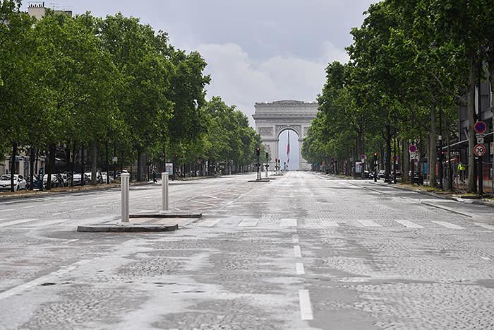PARIS, FRANCE - 10 MAI: Vue de l'avenue vide de la Grande Armé © à côté de l'Arc de Triomphe le dernier jour de la livraison alors que le blocus dû à l'épidémie de coronavirus (COVID 19) se poursuit à Paris le 10 mai 2020 , France. Le plan de déconfinement du gouvernement entrera en vigueur le lundi 11 mai. La pandémie de coronavirus (COVID-19) s'est propagée à de nombreux pays à travers le monde, tuant plus de 280 000 personnes et infectant plus de 4 millions de personnes. (Photo de Stéphane Cardinale - Corbis / Corbis via Getty Images)
