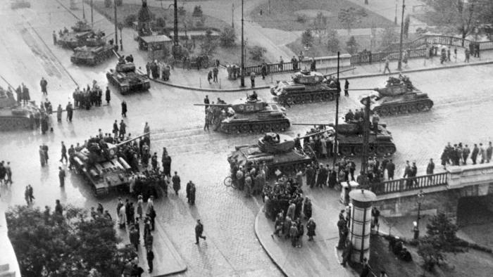Soviet army tanks take position in Budapest 12 November 1956. The Red Army, stationed in Hungary under the 1947 peace treaty, attacked and seized 12 November 1956 the Hungarian capital and crushed the anti-communist uprising. (Photo credit should read -/AFP/Getty Images)