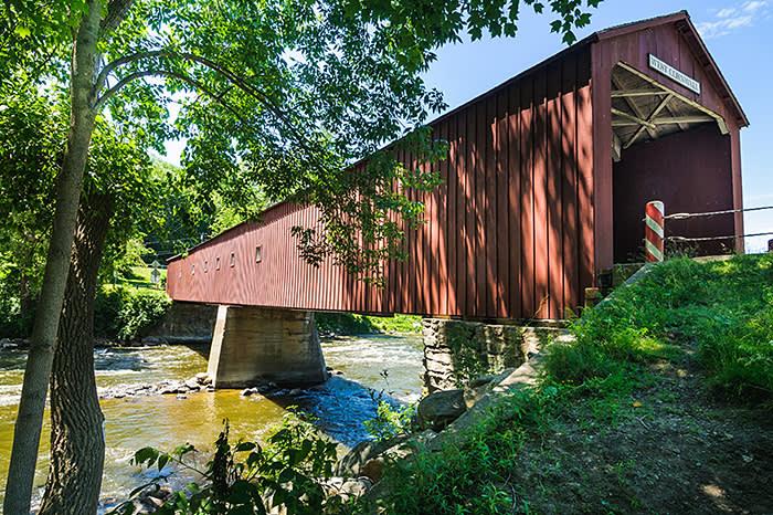 Le pont couvert de West Cornwall (1864) est un pont à treillis en bois à voie unique construit sur la rivière Housatonic dans les villes de Cornwall et de Sharon, Connecticut.