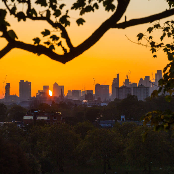 LONDON, UNITED KINGDOM - OCTOBER 27: Walkers on Primrose hill are silhouetted against the rising sun as the day breaks over London's skyline on October 27, 2017 in London, England.   PHOTOGRAPH BY Paul Davey / Barcroft Images (Photo credit should read Paul Davey / Barcroft Media via Getty Images)