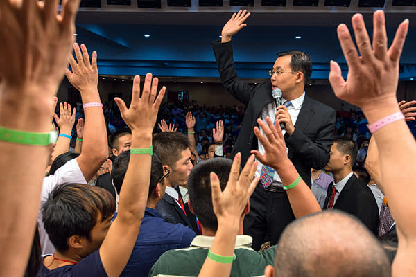 Zhang Bing stepping up from the crowd ask to raise the hand