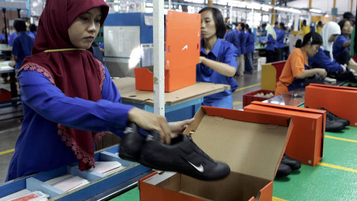 Workers pack shoes at a Nike factory in Tangerang in West Java province August 2, 2007. U.S. sportswear maker Nike Inc. has offered to delay severing contracts with two Indonesian shoe firms employing 14,000 people, a Nike executive said on Tuesday. REUTERS/Crack Palinggi (INDONESIA) - GM1DVVKWABAA