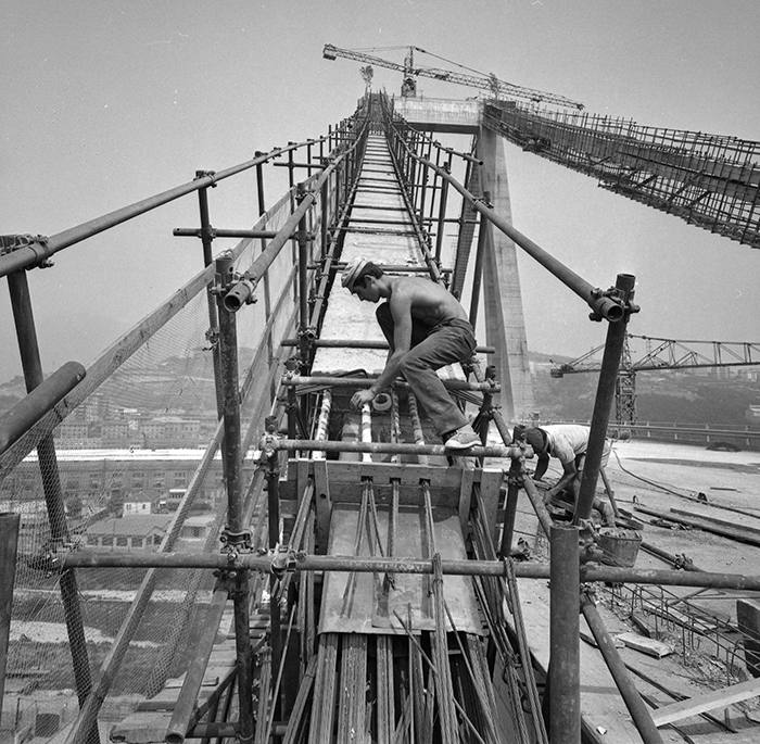 A man at work on the Polcevera viaduct, also known as the Morandi Bridge, designed by Engineer Riccardo Morandi and located between the districts of Sampierdarena and Cornigliano. The bridge is across the Polcevera river. Genoa, 1967 (Photo by Mario De Biasi/Archivio Mario De Biasi/Mondadori Portfolio via Getty Images)