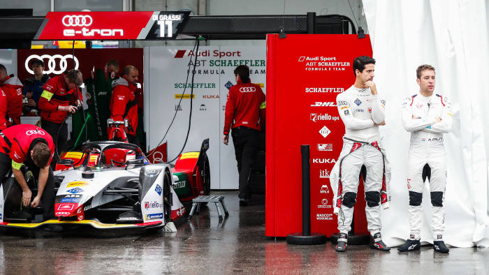 HONG KONG STREET CIRCUIT, HONG KONG - MARCH 09: Lucas Di Grassi (BRA), Audi Sport ABT Schaeffler, Audi e-tron FE05 and Robin Frijns (NLD), Envision Virgin Racing, Audi e-tron FE05 talk in the pit lane during the Hong Kong E-prix at Hong Kong Street Circuit on March 09, 2019 in Hong Kong Street Circuit, Hong Kong. (Photo by Sam Bloxham / LAT Images)