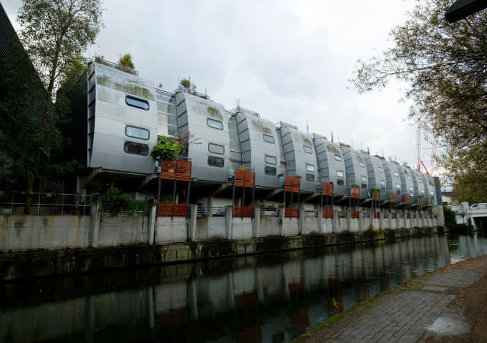 H8W3JY Futuristic homes on the Regents Canal at the rear of Sainsburys, Camden Town, London designed by architects Nicholas Grimshaw © Alamy