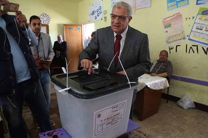 dpatop - Egyptian Former Prime Minister Ibrahim Mahlab poses for a picture as he casts his vote on the first day of the 2018 Egyptian presidential elections, at a polling station in Al-Maadi district, in Cairo, Egypt, 26 March 2018. Egyptians head to vote to choose between incumbent Abdel Fattah al-Sisi and another candidate Moussa Mostafa Moussa. Photo: Mahmoud Bakkar/dpa