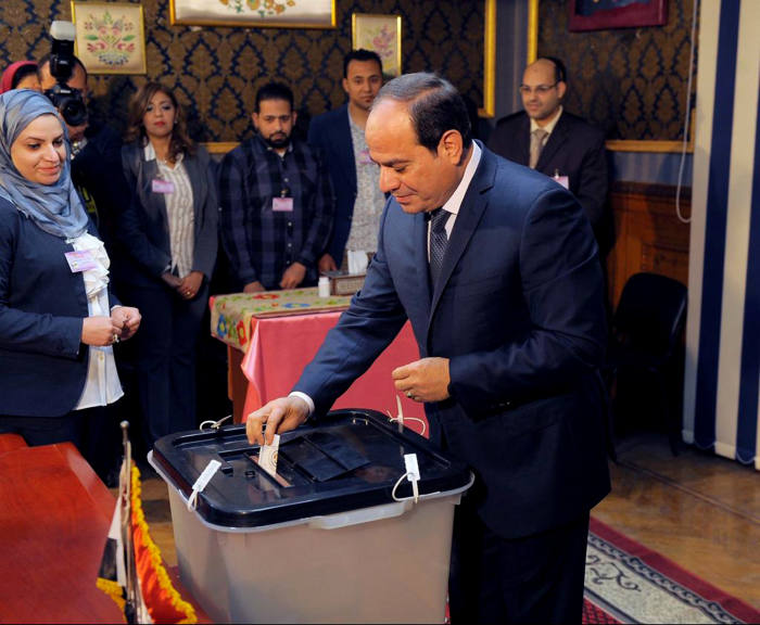 epa06629918 A handout photo made available by the Egyptian Presidency shows Egyptian President Abdel Fattah al-Sisi casting his ballot paper during day one of the presidential elections at a polling station in Cairo, Egypt, 26 March 2018. Voting in the presidential election will take place over a three-day period, from 26 March to 28 March. EPA/EGYPTIAN PRESIDENCY HANDOUT HANDOUT EDITORIAL USE ONLY/NO SALES