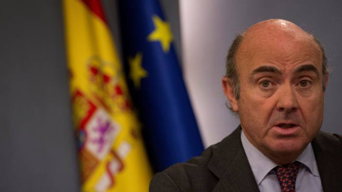 FILE PHOTO: Spain's Economy Minister Luis de Guindos speaks during a news conference after the weekly cabinet meeting at Moncloa Palace in Madrid, Spain March 31, 2017. REUTERS/Sergio Perez/File Photo