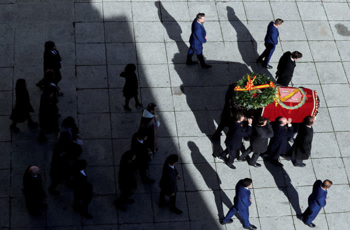 SAN LORENZO DE EL ESCORIAL, SPAIN – OCTOBER 24: Family members carry the coffin of Francisco Franco out of the basilica of the Valley of the Fallen mausoleum to a hearse during the exhumation of the Spanish dictator on October 24, 2019 in San Lorenzo de El Escorial, Spain. Francisco Franco, Spain's fascist dictator, who died in 1975, is being exhumed from his purpose-built mausoleum, the Valley of the Fallen. His remains are being transferred to the crypt in Mingorrubio state cemetery where his wife is buried. (Photo by Emilio Naranjo – Pool/Getty Images)