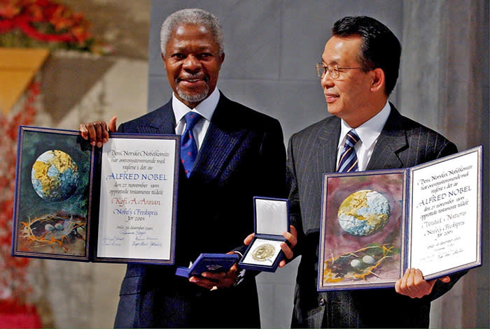 NORWAY OUT Mandatory Credit: Photo by HEIKO JUNGE/EPA-EFE/REX/Shutterstock (9793467a) (FILE) - UN Secretary-General Kofi Annan (L) and President of the UN General Assembly Han Seung-soo (R) present their Nobel Peace Prize Awards during teh ceremony at Oslo City Hall, Norway, 10 December 2001 (reissued 18 August 2018). According to reports, the former UN secretary general Kofi Annan died on 18 August 2018 at the age of 80. Former UN Secretary General Kofi Annan dead at 80, Oslo, Norway - 10 Dec 2001