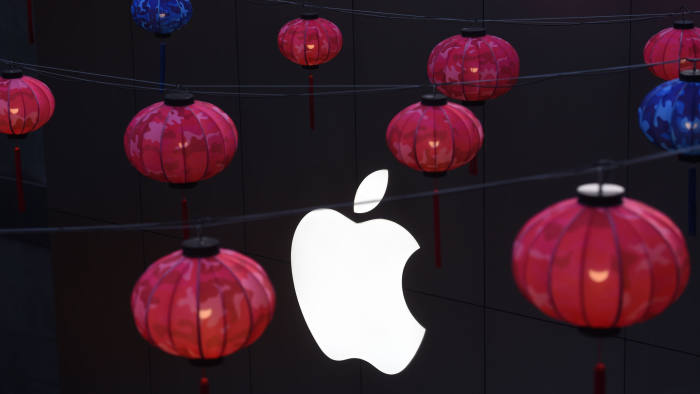 Lanterns hang outside an Apple store in a mall in Beijing on February 23, 2016. Apple on February 18 launched its mobile payments service Apple Pay in China, pitting the US technology giant against strong domestic players in an already crowded field. AFP PHOTO / GREG BAKER / AFP PHOTO / GREG BAKER