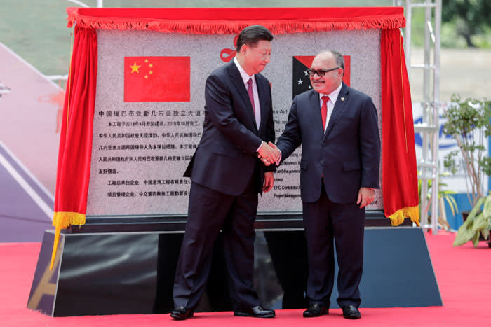 Chinese President Xi Jinping (L) and Papua New Guinea's Prime Minister Peter O'Neill shake hands after unveiling a plaque during the opening ceremony of the China-Aid PNG Independence Boulevard Project ahead of the APEC summit in Port Moresby, Papua New Guinea, 16 November 2018. Mast Irham/Pool via REUTERS