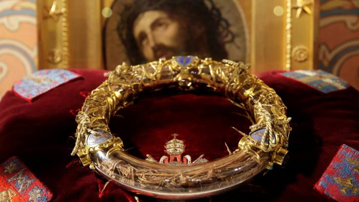 FILE PHOTO: The Holy Crown of Thorns is displayed during a ceremony at Notre Dame Cathedral in Paris March 21, 2014. REUTERS/Philippe Wojazer/File Photo