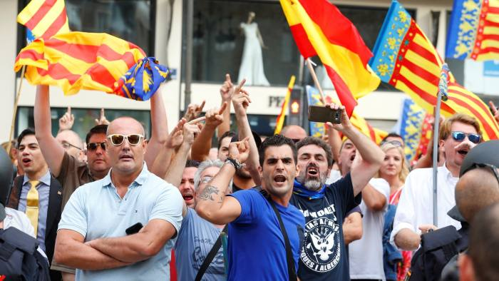 Right-wing protestors, waving Spanish and Valencian flags, try to block a leftist demonstration supporting the Catalan separatist movement during the regional day in Valencia, Spain, October 9, 2017. REUTERS/Heino Kalis - RC198C5D9780