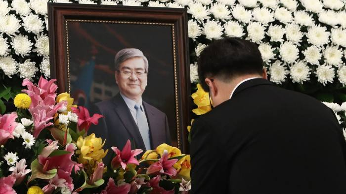 SEOUL, SOUTH KOREA - APRIL 12: An employee of Korean Air pays tribute at a memorial altar as his makes a call of condolence at the funeral ceremony hall in honor of the late Chairman Cho Yang-ho at the Korean air office building on April 12, 2019 in Seoul, South Korea. The funeral services for Korean Air Lines Co.'s late Chairman Cho Yang-ho began Friday. Cho, 70, died in the United States on Sunday, where he had been receiving medical treatment for a chronic lung disease since December. (Photo by Chung Sung-Jun/Getty Images)