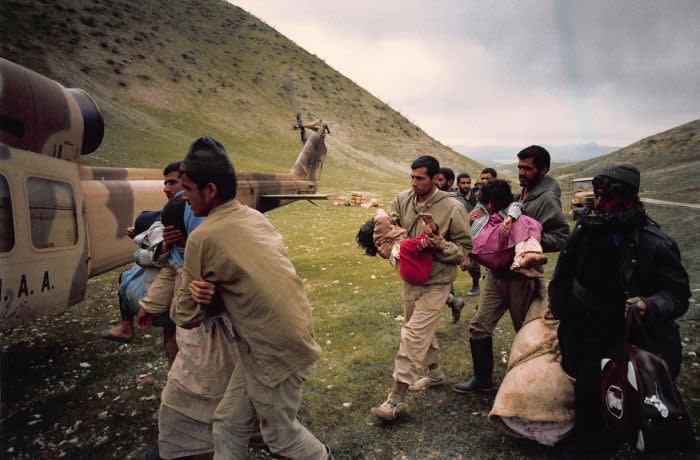 HALABJA, IRAK - MARS: Evacuation des victimes civiles kurdes après les attaques chimiques au gaz perpétrées par l'armée irakienne en mars 1988 à Halabja, Irak. (Photo by ESLAMI RAD/Gamma-Rapho via Getty Images)