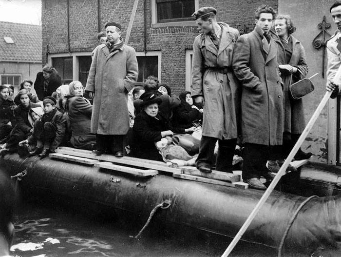 People being evacuated from the village of Middelharnis in the wake of the flood