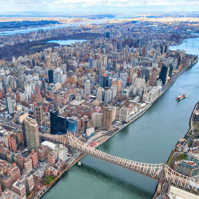 TCCP5K Aerial view looking up towards the river bank of the Upper East Side, NYC which looks over towards Roosevelt Island. New York City from helicopter point of view. Queensboro Bridge with Manhattan skyscrapers. Credit: age fotostock / Alamy