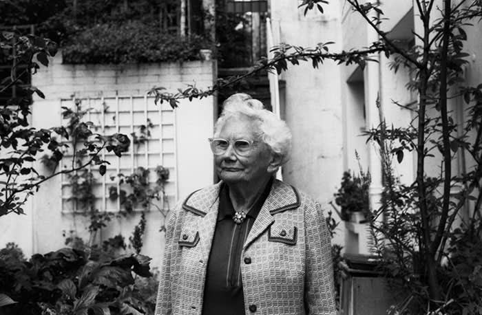 Dame Sylvia Crowe in her garden at Ladbroke Grove, June 15th, 1988 (C) The Museum of English Rural Life, Landscape Institute / Sylvia Crowe Collection