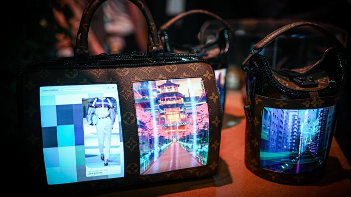 Katia de Lasteyrie's Canvas of the Future project developed handbags with flexible screens to display images