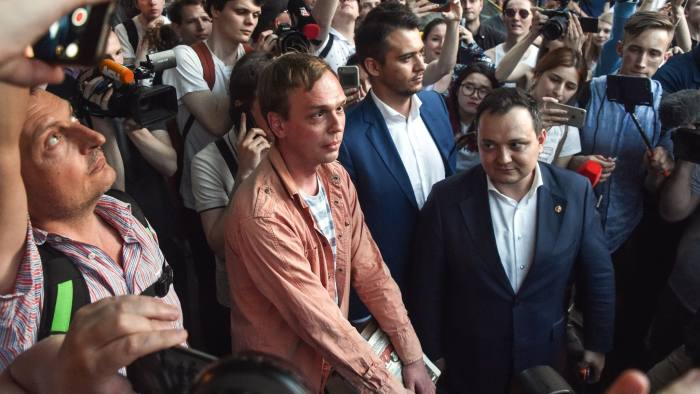 Russian investigative journalist Ivan Golunov (C), charged of 'illegal production or sale of drugs', leaves Russian Head Investigative Department's office in Moscow on June 11, 2019. - Russian police droped drug charges against this investigative journalist and free him from house arrest on June 11, in a rare climbdown by law enforcement following a public outcry. (Photo by Vasily MAXIMOV / AFP) (Photo credit should read VASILY MAXIMOV/AFP/Getty Images)