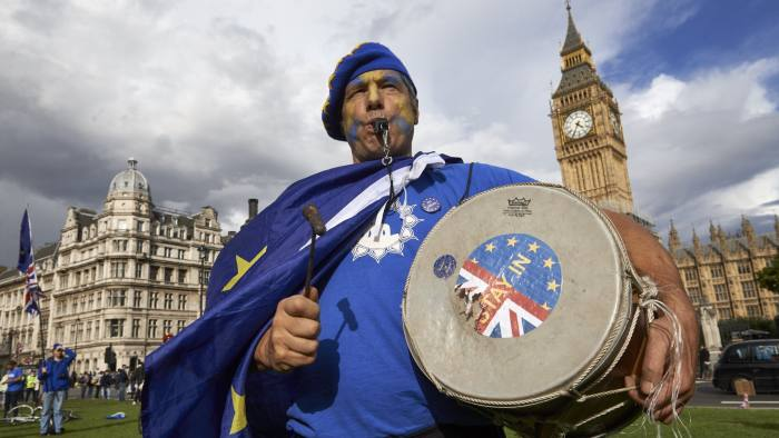 """Pro-EU demonstrators rally during the People's March for Europe against Brexit in parliament square in central London on September 9, 2017. Thousands joined the pro-EU march calling on politicians to """"unite, rethink and reject Brexit"""". / AFP PHOTO / Niklas HALLE'N (Photo credit should read NIKLAS HALLE'N/AFP/Getty Images)"""