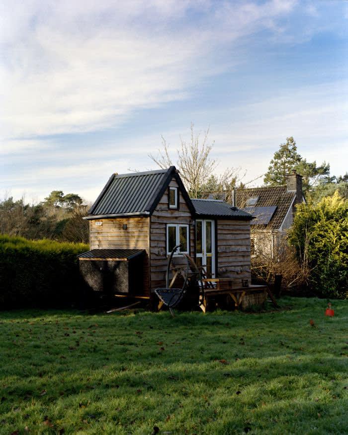 Tom Lear at his tiny house © Izzy de Wattripont