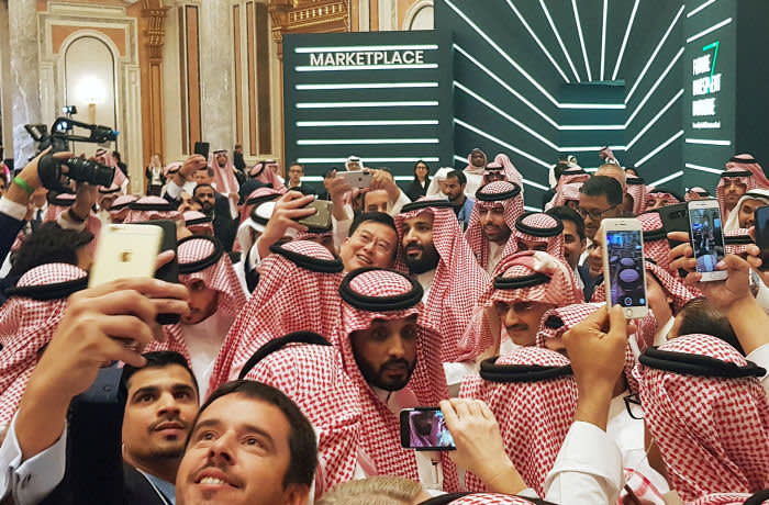 Saudi Arabia's Crown Prince Mohammed bin Salman poses for a selfie during the Future Investment Conference in Riyadh, Saudi Arabia. October 23, 2018. REUTERS/Stephen Kalin - RC13EF7C7C10