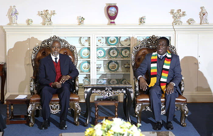 Members of the The Elders foundation Kofi Annan, left, meets with Zimbabwean President Emmerson Mnangagwa at State House in Harare, Zimbabwe, Friday, July, 20, 2018. The visit to Zimbabwe is a key focus of concern for The Elders in providing support as the country prepares to hold elections on July 30. (AP Photo/Tsvangirayi Mukwazhi)