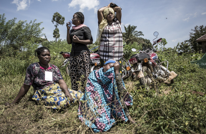 Funeral of Sister-in-law of Hussein Wabuzi - Family members of a deceased Ebola victim react as they watch the coffin being offloaded before the safe burial starts on July 14, 2019 in Beni.