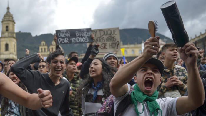Los manifestantes han copiado las tácticas de las protestas que barren otras naciones latinoamericanas, se organizan a través de las redes sociales y golpean ollas y sartenes para presionar sus demandas