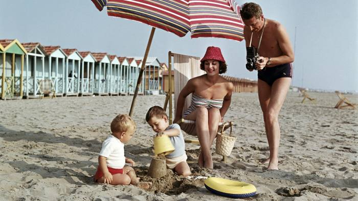 GBEEXC vacation / holidays, family with sunshade on the beach, 1950s, , Additional-Rights-Clearences-NA
