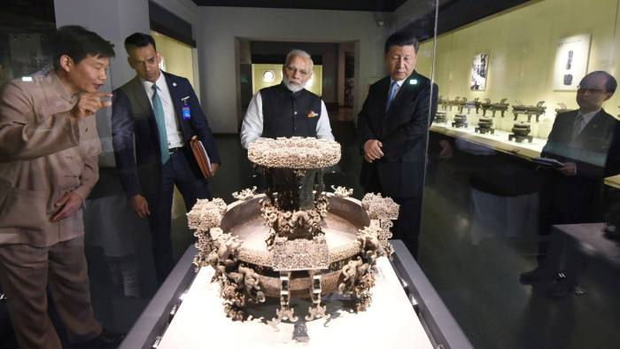 Chinese President Xi Jinping and Indian Prime Minister Narendra Modi (C) visit an exhibition at Hubei Provincial museum in Wuhan, China, April 27, 2018. India's Press Information Bureau/Handout via REUTERS ATTENTION EDITORS - THIS PICTURE WAS PROVIDED BY A THIRD PARTY. NO RESALES. NO ARCHIVE. - RC1D8D327030