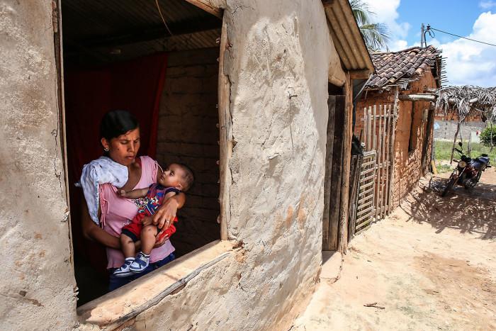 20170920_CF_Nubia dos Santos da cidade de Pacatuba em Sergipe, com seu filho Uemerson, primeira criança atendida pelo programa Criança Feliz no país. Foto:Mauro Vieira/MDS.