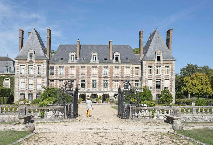 Valentine de Ganay in front of the chateau of Courances.