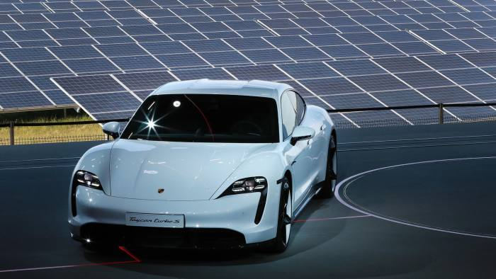 EU electric car sales to pass 1m next year in industry CO2